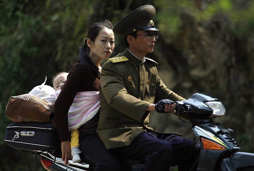 Kamēr miljoniem korejiešu... Autors: Spocenite Ziemeļkoreja. Šokējoši fakti! (Papildināts-nemieri)