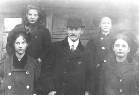 Frīdrihs Canders ar māsām un... Autors: Sperovs Frīdrihs Canders