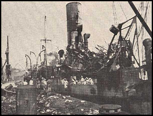 SekasUgunsdzēsēji un matroži... Autors: mazza22 pilsēta liesmās! (1944.gads)