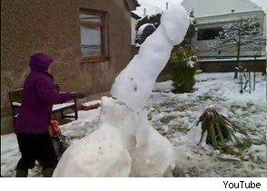 Autors: Nāriņš Muteres reakcija, ieraugot milzu sniega peni!