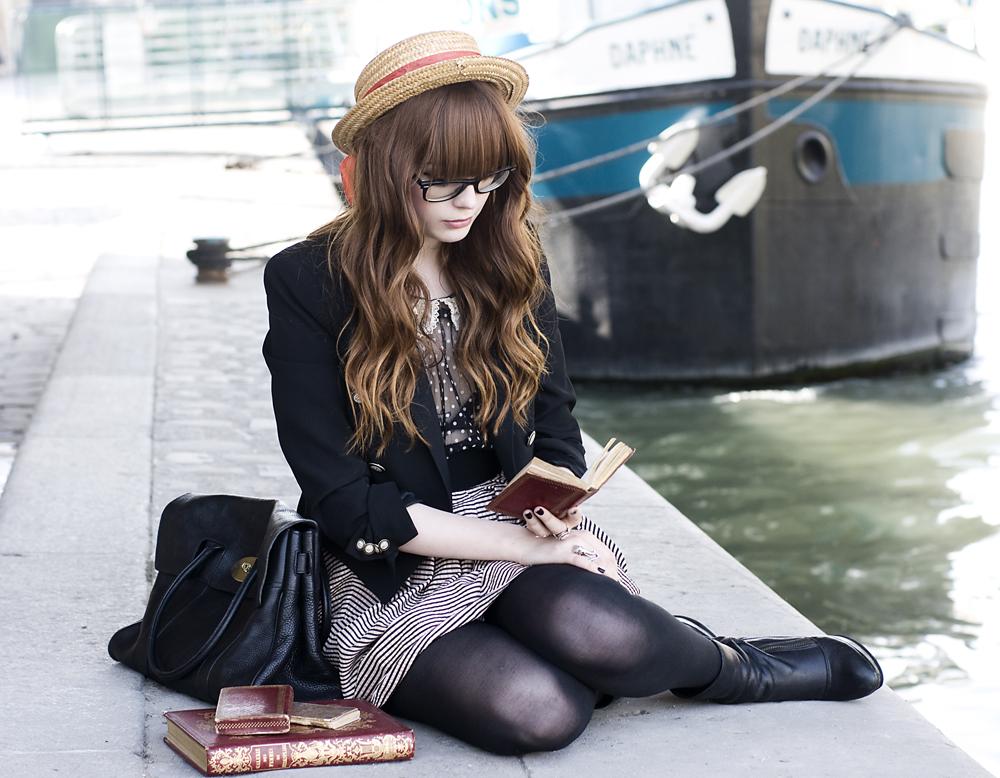 Девушка сидит на асфальте и читает книгу. Юки-тян. Девушки Украшения