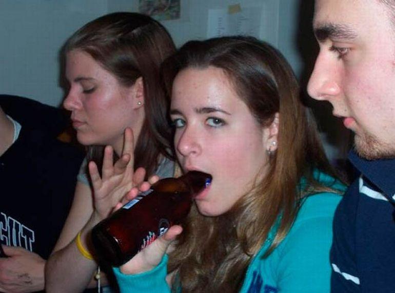 Очень необычные способы употребления пива девушками.Больше всего