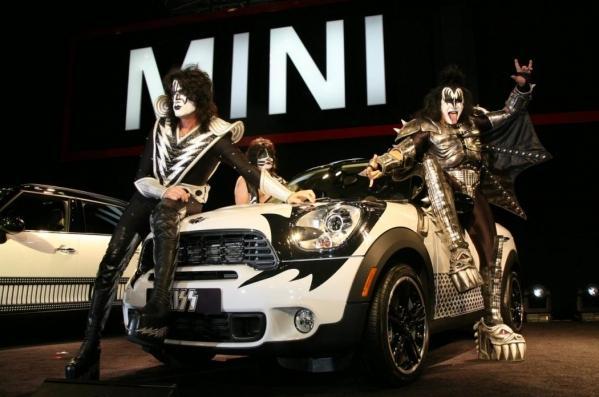 Autors: Anāls Error. MINI Countryman ar rokgrupas KISS locekļu sejām.
