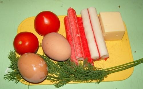 Uzliec vārīties divas olas... Autors: medusmaize Krabju salāti ar sieru, tomātiem un olu