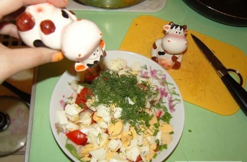 Smalki sagriez dilles Visu to... Autors: medusmaize Krabju salāti ar sieru, tomātiem un olu