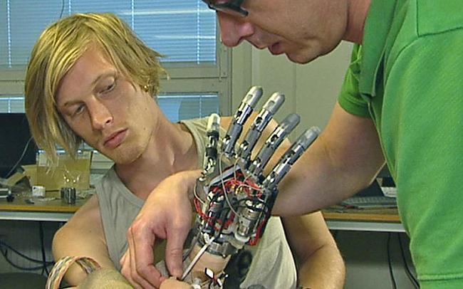 SmartHand top sadarbībā ar... Autors: Edgarinshs LifeHand-mākslīgā roka spēj just