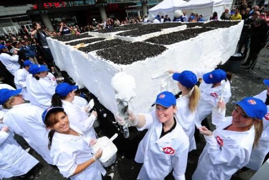 100 cilvēki plānojanbspscarono... Autors: theGameHasJustBegun Pasaules lielākā saldējuma kūka.