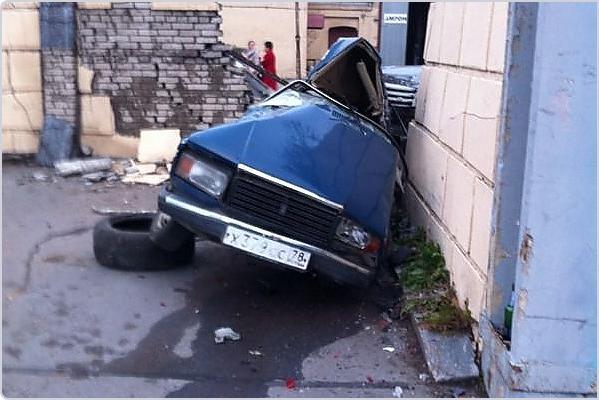 Autors: iAutoLV Range Rover avārija Krievijā - ar 200 km/h pret ķieģeļu