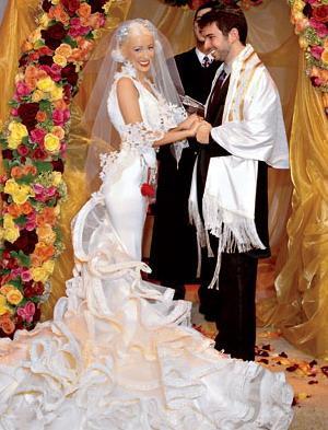 Kristīna un Džordans Bratmans... Autors: Sofīte 10 pasaules bezgaumīgākās kāzu kleitas