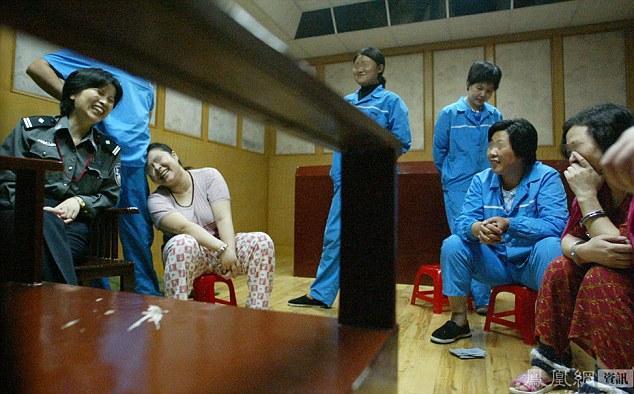 Apsargi un ieslodzītie Sjulin... Autors: jumpduckfuckup Ķinas nāvessods.
