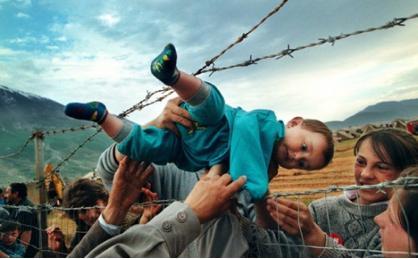 Ir 1990gads un albāņi vēlējas... Autors: rozine7 Šokējošu pasaules notikumu foto un stāsti! pacelts.