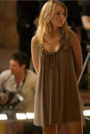 Savukārt pirmajā seriāla... Autors: serenasmiles Ģērbies kā Serena van der Woodsen (Blake Lively)