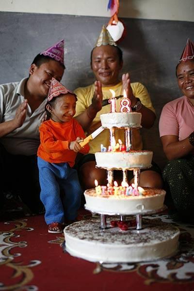 Lai sasniegtu sen loloto sapni... Autors: dunduciene Pasaulē mazākais cilvēks sasniedz pilngadību un meklē s