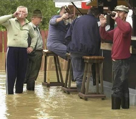 Neļauj plūdiem sabojāt tavu... Autors: AldisTheGreat 13 Asprātīgi atrisinājumi kā pārdzīvot plūdus.