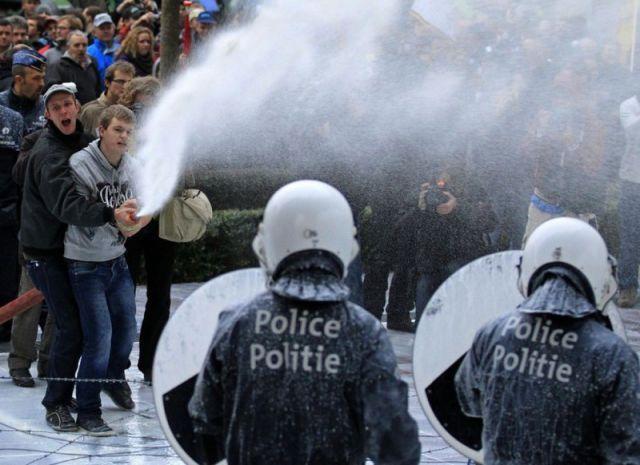 Autors: Colonel Meow Policistiem uzšļāc balto