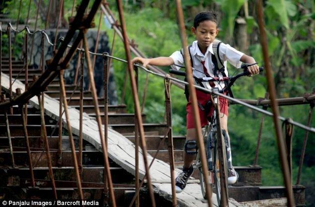 Tilts tika uzbūvēts pilnībā... Autors: xd Bīstamais ceļš uz skolu