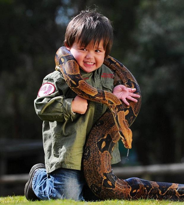 Mazuļa tēvam Austrālijā pieder... Autors: R1DZ1N1EKS Pats jaunākais čūsku savaldītājs.