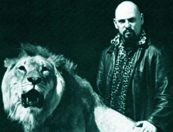 Anton LaVey ar savu lauvu... Autors: GanjaGod Slavenības ar saviem eksotiskajiem dzīvniekiem