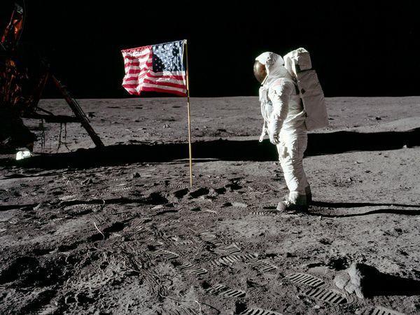 Nosēscaronanās uz mēness nav... Autors: barts123 Populārākās konspirācijas teorijas