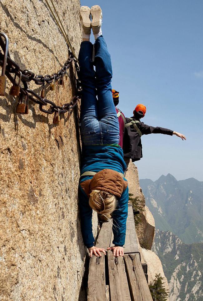 Kalnu pārgājieniĶīnas Hua Shan... Autors: Fosilija Elpu aizraujoši piedzīvojumi (Let Your Heart Skip a Beat)