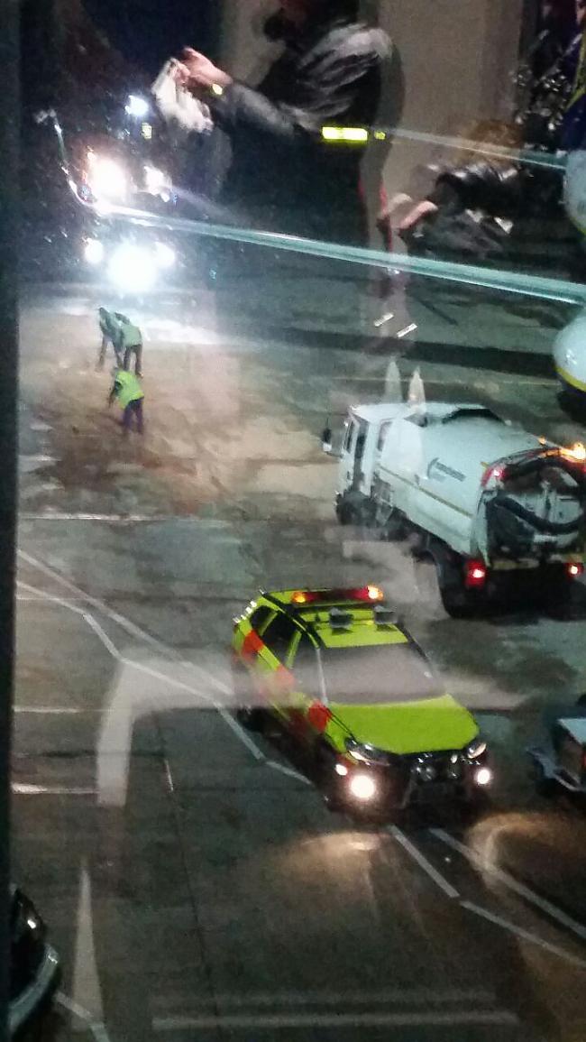 darbinieki tīra blakus... Autors: B320@speles Ryanair notikums Mančesterā