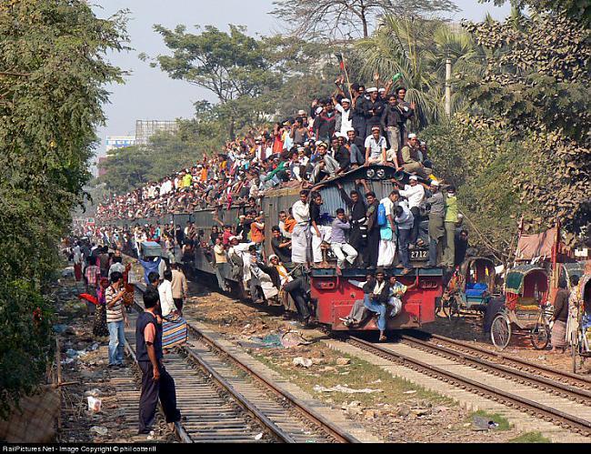 Braukscaronana uz vilciena... Autors: Fosilija Pasaules pārpildītākie vilcieni tev liks iemīlēt Rīgas trolejbusus