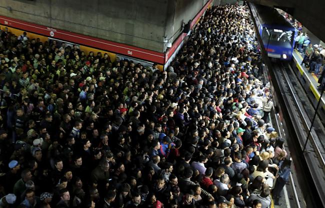 Vilciena stacija Sanpaulu... Autors: Fosilija Pasaules pārpildītākie vilcieni tev liks iemīlēt Rīgas trolejbusus