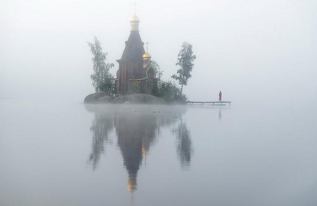 Scaronī baznīca atrodas... Autors: Sātans Brīnišķīga baznīca ,kas atrodas ezera vidū uz mazas saliņas.