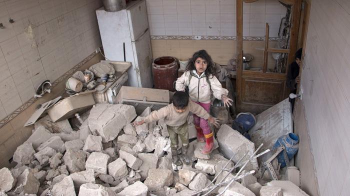Sīrijas bērni censcaronas tikt... Autors: Lords Lanselots Kas liek Sīriešiem bēgt uz Eiropu???