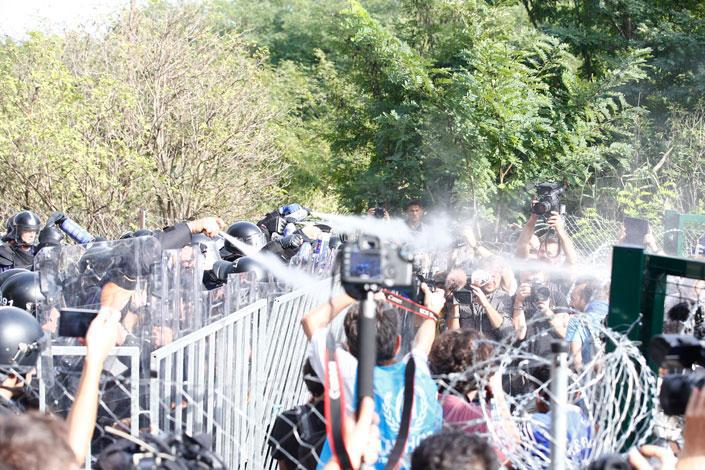 Autors: Mao Meow Vardarbība pie Ungārijas robežas!