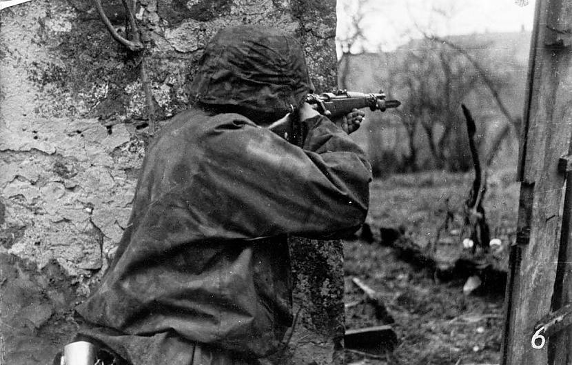 Waffen SS karavīrs darbībā... Autors: DamnRiga Retas vēsturiskas fotogrāfijas. Pirmā daļa.