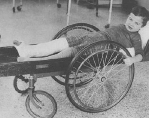 Šis ratiņkrēsls izskatās... Autors: rihcaa Vecā medicīna. Jāpriecājas, ka nedzīvo 19.gs.