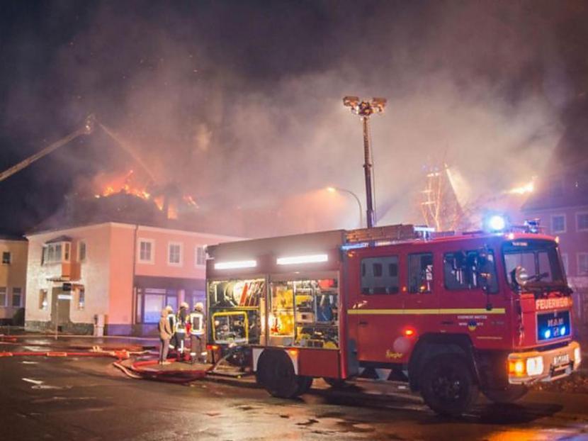 Trīs cilvēkiem tika pavēlēts... Autors: Skutaismerkakis Vācijā liesmas aprij bēgļu centru – pūlis sajūsmā gavilē un pat kavē tā dzēšanu!