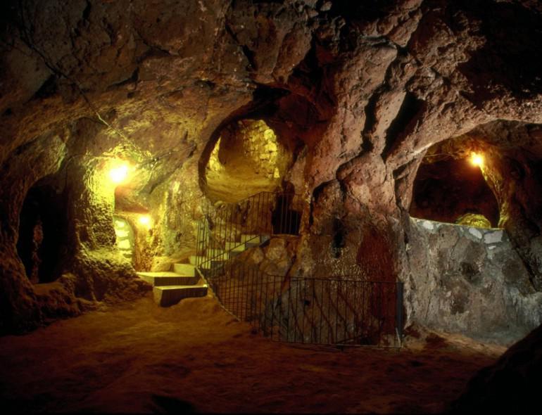 Tāpat pilsētas veidotāji bija... Autors: Fosilija Vīrietis netīšām atklāj 3000 gadu vecu pazemes pilsētu