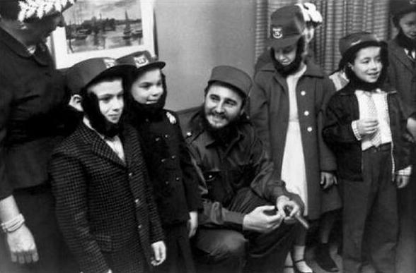 Fidels Kastro ar skolēniem... Autors: theFOUR Vēsture bildēs - 2. daļa.