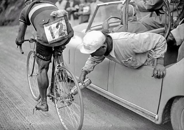 Itālu riteņbraucējam Žīno... Autors: theFOUR Vēsture bildēs - 3. daļa.