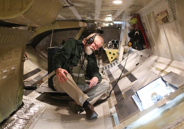 Zinātnieks pārbauda ekipējumu... Autors: 100 A Lidojums virs Antarktikas, NASA operācija «Ledus Tilts»!