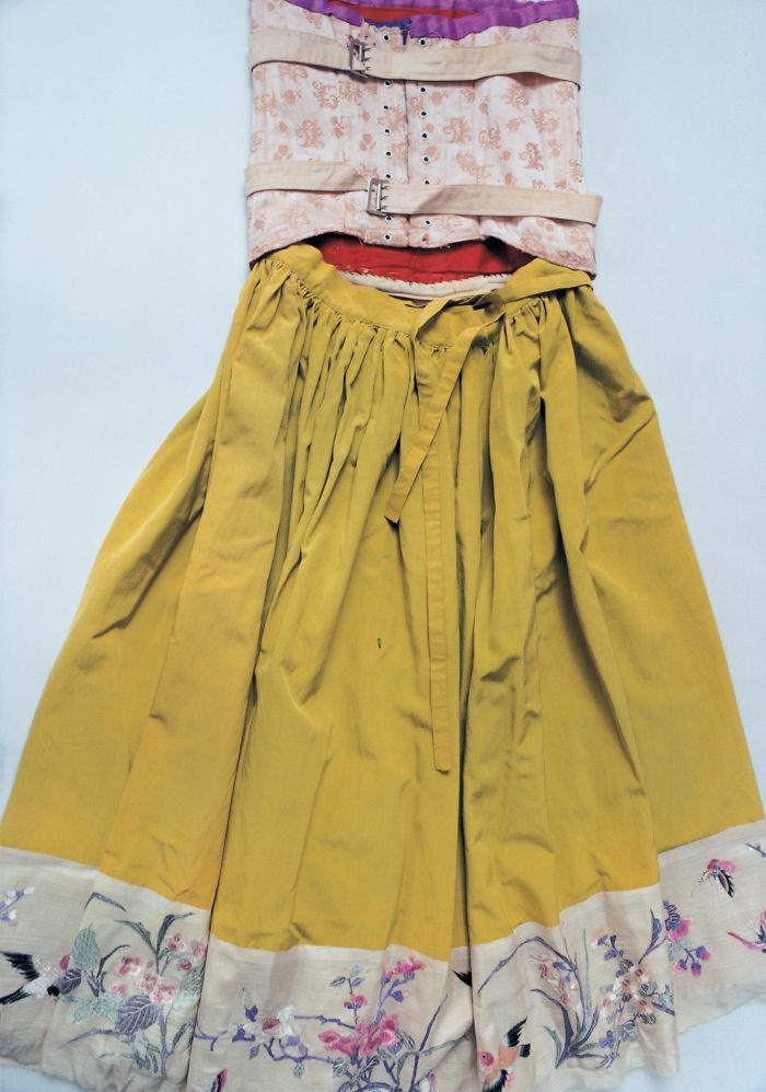 Frīdas korsete un svārkiViņas... Autors: 100 A Noslēptā Frīdas Kalo garderobe, kuru atvēra pēc teju 50 gadiem!