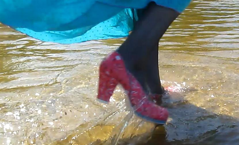 "Maira Wilkiraine Autors: Fosilija ""Lietus sandales"": latvietes, kuras dara..."