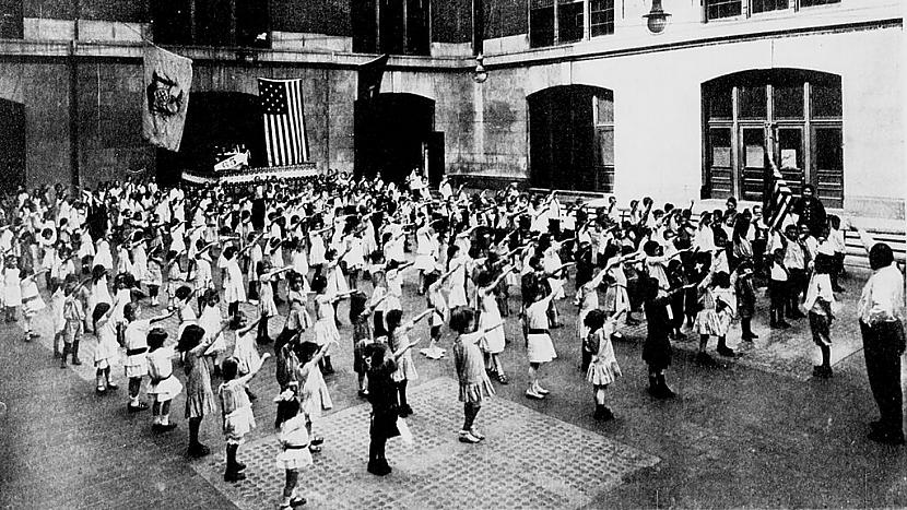 Belamija salutēscaronana 1915... Autors: Lestets Kā amerikāņu bērni agrāk salutēja karogam?