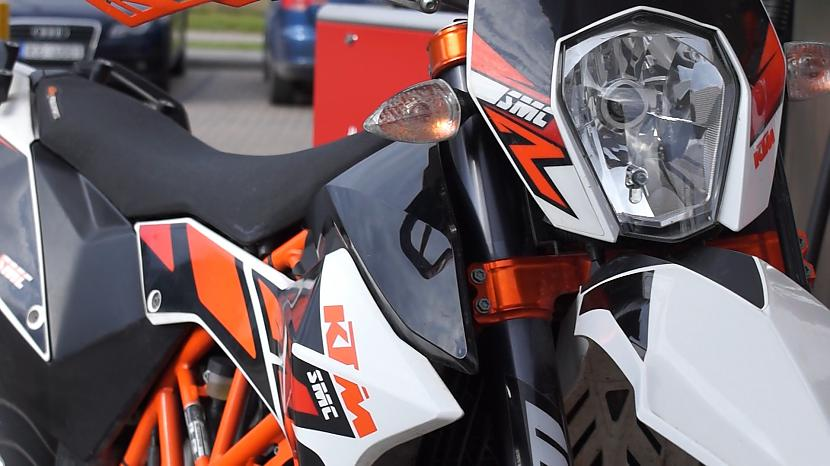 2015 KTM 690 SMC R | Wheelies | Supermoto Banda