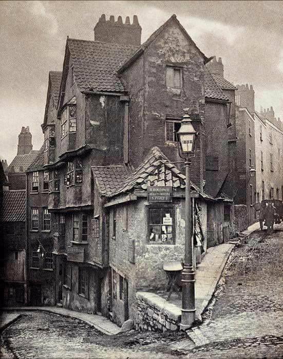 Kas varētu likties kā jauks... Autors: Lestets Kādas ielas krustojums Bristolē 1866./2018. g.
