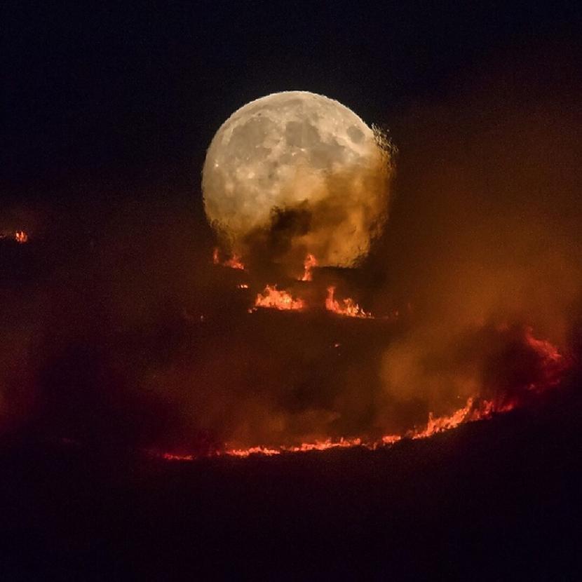 Kad Mēness degVeiksmīgs kadrs... Autors: Lestets 19 biedējošas fotogrāfijas, kas pārbaudīs tavus nervus (īstenībā diez vai)