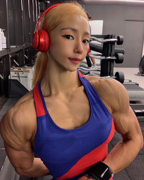 Autors: Fosilija Lee Jin Seo - korejiešu meitene ar jauku seju un biedējošu ķermeni (20 bildes)