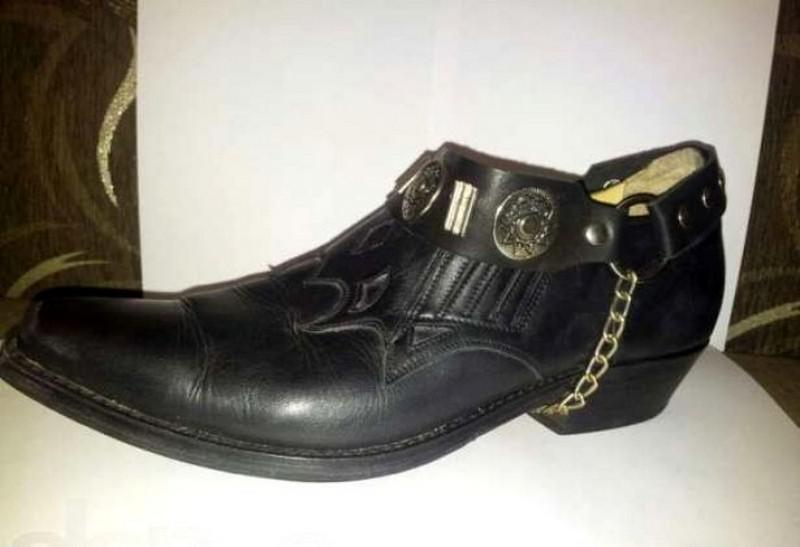 Vīriescaronu apavi ar smailu... Autors: Fosilija Jautri fakti par 90. gadu modi, kas izraisa nostalģiju (9 fotoattēli)